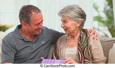 cadeau, vieilli, couple, milieu