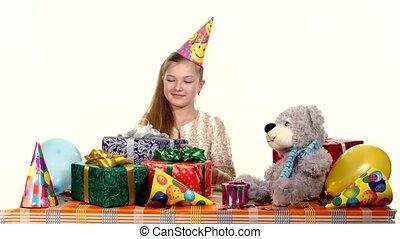 cadeau, zittende , chooses, jarig, kleine, tafel, meisje, open, hem