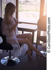 cadeira, janela, jovem, branca, langerie, quarto, senta-se, renda, mulher, peignoir, bonito