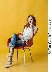 cadeira, jovem, sentando, mulher, bonito
