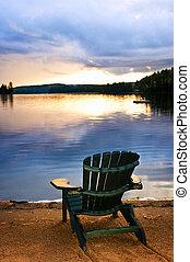 cadeira madeira, em, pôr-do-sol praia