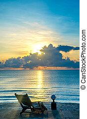 cadeira madeira, ligado, praia, e, mar, em, pôr do sol