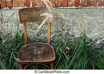 cadeira madeira velha, e, capim, em, quintal, experiência, de, envelhecido, casa, em, vila, calmo, pacata, verão, momento