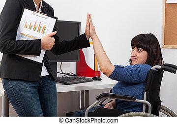 cadeira rodas, mulher, colega trabalho, dela