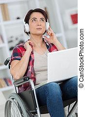 cadeira rodas, mulher, música, desfruta, fones