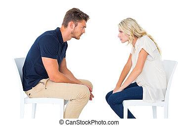 cadeiras, argumentar, par, jovem, sentando