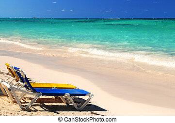 cadeiras, praia tropical, arenoso