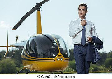 cadre, jeune, charmer, poser, devant, hélicoptère