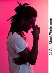 cadre, jeune, contre, faire gestes, doigt, africaine, temple, homme