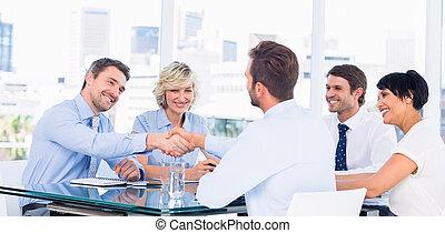 cadres, serrer main, pendant, réunion affaires
