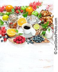 café, alimento saudável, ajustando tabela, pequeno almoço, croissants.