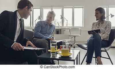 café, ao redor, pessoas negócio, sentando, três, tabela