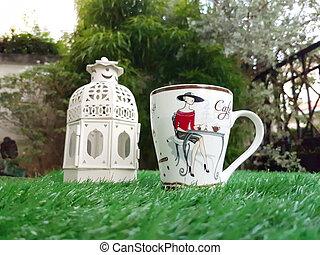 café, artificiel, grande tasse, herbe verte, lanterne