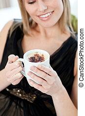 café, assento mulher, sofá, loura, bebendo