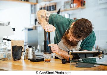 café, barista, preparando