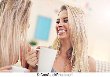 café, bavarder, deux, maison, amis fille, boire