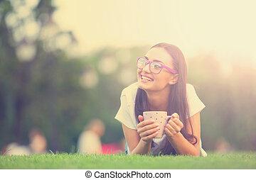 café, brunette, tasse, park., vert, girl, herbe