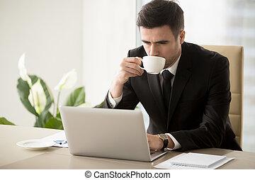 café, bureau, fonctionnement, quand, homme affaires, boire