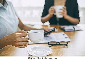 café buvant, bureau, femmes affaires