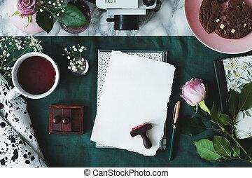 café, cámara, cima, rosa, papel, fondo verde, sellos, blanco, hojas, pastel, vista