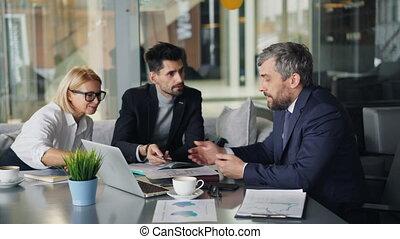 café, café, pdg, employés, coupure, discuter, fou, papiers, pendant, déchirure