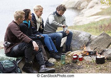 café, camping, émoulage, regarder, amis, homme