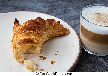 café, capuccino, croissants