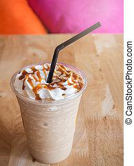 café, caramelo, frappe, con, crema batida, en, un, tienda de...