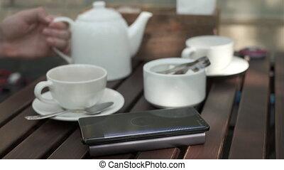 café, chargeur, homme, récolte, utilisation, sans fil, dehors