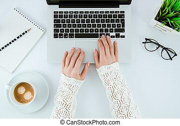 café, conceito, trabalhando escritório, copo, laptop, modernos, notepad, procurar, desktop, digitando, branca, mulher, fundo, internet, keyboard., topo, eyeglasses., vista