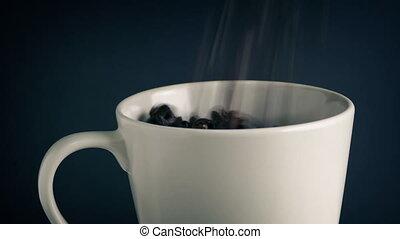 café, concept, -, verser, grande tasse, haricots, rôti