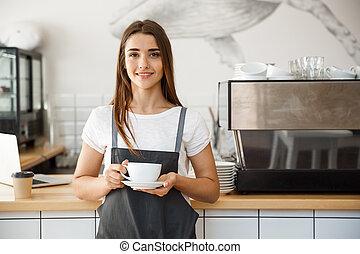 café, concepto de la corporación mercantil, -, caucásico, hembra, porción, café, mientras, posición, en, café, shop., foco, en, hembra entrega, colocación, un, taza, de, coffee.