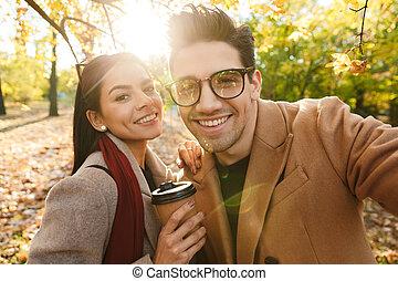 café, couple, parc, marche, automne, quoique, appareil photo, plat à emporter, portrait, boire, sourire heureux