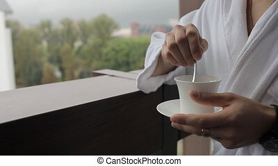 café, cuillère, peignoir, remuer, homme