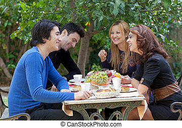 café, desfrutando, amigos, jovem, restaurante