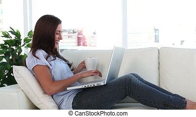 café, elle, ordinateur portable, femme, boire, devant, jeune