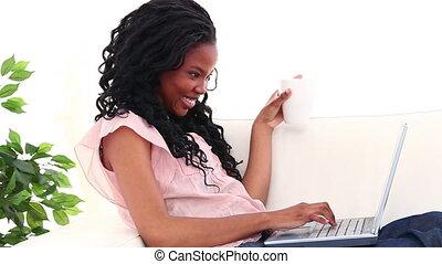 café, elle, ordinateur portable, femme souriante, boire, devant