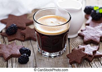café, en, un, vidrio, con, galletas del chocolate