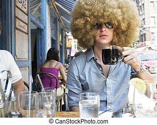 café extérieur, jeune homme