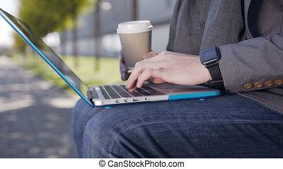 café, extérieur, séance, habillé, ordinateur portable, jeune, banc, veste, texte, homme, dactylographie, keyboard., écharpe, caucasien, beau
