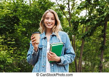 café, femme, étudiant, books., parc, jeune, surprenant, poser, tenue, dehors, boire, heureux