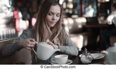 café, femme, coup, thé, jeune, café, séduisant, steadicam, boire, ou