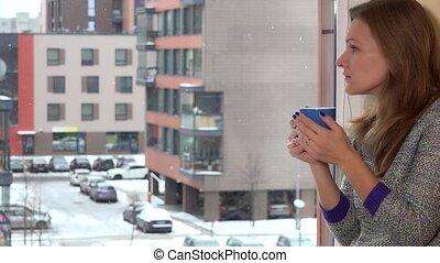 café, femme, flocons neige, séance, tasse thé, neige, inquiété, fenêtre., tomber
