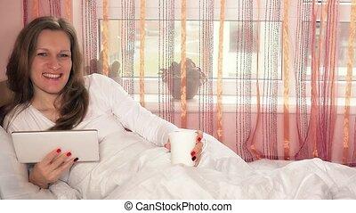 café, femme, informatique, tablette, tasse, regarder, appareil photo, sourire, agréable