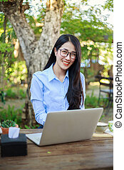 café, femme, jardin, ordinateur portable, jeune, portrait
