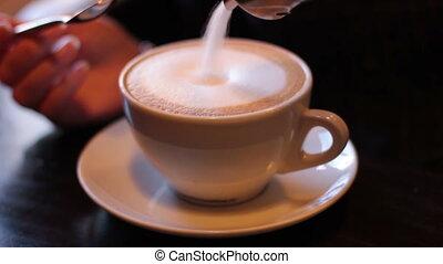 café, femme, met, spoon., jeune, sucre, remuer