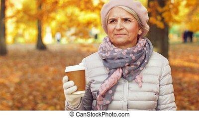 café, femme, parc, automne, boire, personne agee