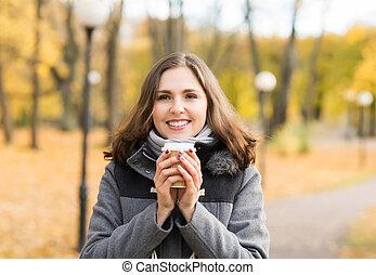 café, femme, parc, jeune, automne, boire