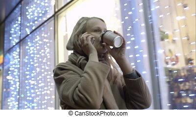 café, femme parler, marche, téléphone, quoique, rue, boire