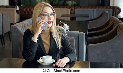 café, femme parler, téléphone, smartphone, boire, café
